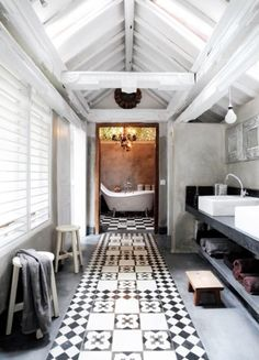 sånn passe drømmeaktig. Liker kontrasten mellom det kalde svart-hvitt-rommet og det varme baderommet innerst.