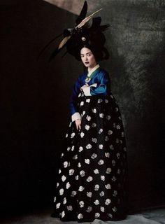 Photo-Paolo Roversi-Song Hye Gyo-Vogue Korea: June 2007 - Hwangjini in Paris Foto Fashion, Fashion Art, Editorial Fashion, New Fashion, Fashion Design, Dress Fashion, High Fashion, Fashion Trends, Korean Hanbok