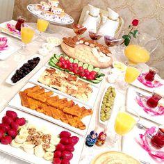 @AlissiaMV Turkish Breakfast, Breakfast In Bed, Breakfast Presentation, Table Plate Setting, Brunch Buffet, Iranian Food, Party Snacks, Food Items, Food Design