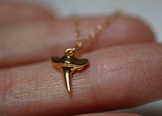 Einfache & zierlich gold gefüllte Hai Zahn Halskette. Modell trägt 17inch Halskette.  Halskette-Merkmale:  ★ gold gefüllt zarte Kette ★ Vermeil