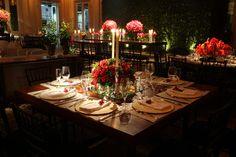 Decoração de casamento em vermelho e preto   Constance Zahn - Blog de casamento para noivas antenadas. Table Settings, Wedding, Wedding Blog, Wedding Decoration, Red Wedding Decorations, Desk Arrangements, Weddings, Engagement, Black