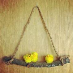 annan aarteet: pääsiäisaiheinen ovikoriste Twig Crafts, Pom Pom Crafts, Quick Crafts, Diy And Crafts, Easter Tree Decorations, Dried Flower Wreaths, Diy Ostern, Craft Club, Craft Night