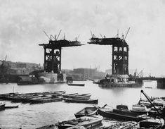 A Ponte da Torre em Londres sem sua parte do meio no final do século 19. | 25 fotos incríveis que vão mudar sua visão da História