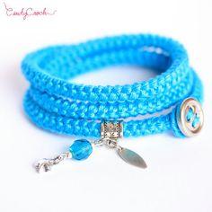 Bracelet wrap bleu et argent en coton au crochet, Bracelet bohème à breloques, Bracelet multirangs gypsy, Bijou de cheville hypoallergénique - Par CandyCroch'