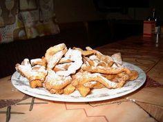 пышки с медом ( конечно, борщи, вареники с творогом и вишнями, пироги с вареньем или с рисом тоже), но пышки.. Пропорции на 1 кг муки приблизительно: муку просеять горкой, в углубление влить 3-4 яйца, 1 стакан простокваши, сахар и соль по вкусу, ну обычно соли чуть а сахара пару столовых ложек. Соду тоже, пару чайных ложек,