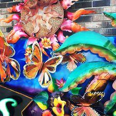 Colourful exterior signage, just beautiful!  #monarcas