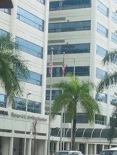 En el Capitol Center. Las banderas se encuentran desgastadas y en malas condiciones.