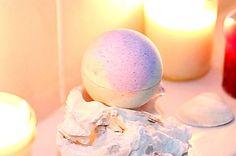 Aprenda a fazer a bomba de banho estilo sereia: | Sinta-se uma sereia com essas bombas de banho coloridas