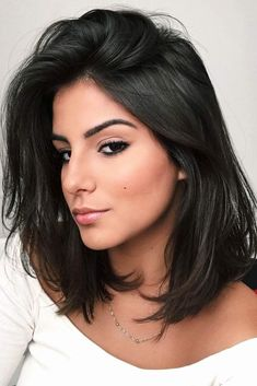 Shoulder length hairstyles are super popular. You can discover the variety of hairstyles of a medium length in this post. #shoulderlengthhairstyles #hairstyles