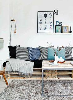 A l'intérieur, j'hésite encore pou la première place… table basse ou canapé ? #palette #tablebasse #séjour #recup