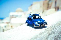 Kim Leuenberger a commencé la série de photographies de véhicules miniatures lorsque ses parents lui ont offert la miniature d'une camionnette bleue. // http://www.laregalerie.fr/les-voyages-en-miniature-de-kim-leuenberger/