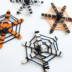 Spider Web Craft for Kids for Halloween Using Yarn is part of Simple Kids Crafts Popsicle Sticks - Here's a fun Halloween craft for kids that works on fine motor skills and turns out really cute a spiderweb craft made with popsicle sticks and yarn! Halloween Arts And Crafts, Theme Halloween, Fall Crafts For Kids, Halloween Activities, Halloween Diy, Holiday Crafts, Simple Crafts For Kids, Halloween Decorations, Halloween Art Projects