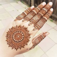 Back Hand Mehndi Design Round Mehndi Design, Back Hand Mehndi Designs, Mehndi Design Pictures, Unique Mehndi Designs, Wedding Mehndi Designs, Beautiful Henna Designs, Beautiful Mehndi, Henna Tattoo Designs, Mehandi Designs