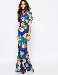 The ultimate 70s bohemian dress right there! The shape is just too flattering.