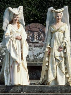 Angharad Rees with Helen Mirren in a BBC Shakespeare production of As You Like It. Medieval Costume, Medieval Dress, Medieval Fashion, Medieval Clothing, Vintage Dresses, Vintage Outfits, Vintage Fashion, Historical Costume, Historical Clothing