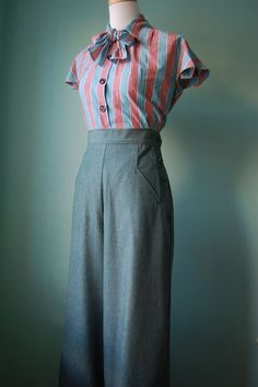 vintage style tan front pockets slacks CUSTOM for your size - - Modes 1940s Outfits, 1940s Dresses, Mode Outfits, Vintage Dresses, Vintage Outfits, Fashion Outfits, Modest Fashion, Vintage Clothing, Retro Mode