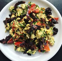 SANSkeuken—#veganbreakfast #veganontbijt Scrambled tofu met kokosspekjes