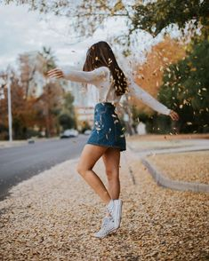 25 Fall Outfits with Skirts to Inspire Your Fall Look - Fotografie - Mode Autumn Look, Fall Looks, Autumn Girl, Autumn Leaves, Autumn Photography, Girl Photography, Pinterest Photography, Creative Photography, Photography Ideas For Teens