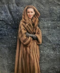 1950s Fashion, Vintage Fashion, Timeless Fashion, Fur Coat Fashion, Look Retro, Fabulous Furs, Fur Stole, Vintage Couture, Luxury Dress