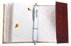 """Praktisch, handlich, orientalisch. Das ist """"Bridget"""". Das Notizbuch im B7-Format überzeugt auf vielfältige Art und Weise. Der Einband aus naturgegerbtem und geprägtem Rindsleder ist ein echter Blickfang. Verziert mit einem Elefantenmotiv ist es ein Gruß aus dem fernen Indien, der bis in Deine Tasche dringt - Ledereinband - Tagebuch - Gusti Leder - P13"""