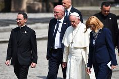 """Niemal w zupełnym milczeniu przebiegała papieska wizyta w byłym niemieckim obozie koncentracyjnym Auschwitz-Birkenau. Czas ten był natomiast przepełniony modlitwą. """"Panie, miej litość nad Twoim ludem! Panie, przebacz tyle okrucieństwa"""" - wpisał Franciszek do księgi pamiątkowej przed celą o. Maksymiliana Kolbe. Wizyta papieża odbyła się w dniu, w którym prawdopodobnie przypada 75. rocznica apelu na obozowym placu, kiedy o. Kolbe ofiarował swoje życie za współwięźnia.  Foto: KAI"""