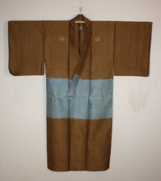 This Noshime hira-ori silk -kasuri samurai kimono is Edo period(1800-1850). HIra-ori is wonderful beautiful lustrous silk. This kimono is samurai's clothes. When entering the castle, it put it on.