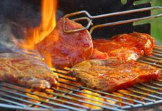 Like all good barbecues, a braai in South Africa is a leisurely affair. Nobody braais on time; drinks and snacks are taken for a few hours while the fire is assembled. This heritage day- have a braai! Healthy Grilling Recipes, Grilling Tips, Cooking Recipes, Outdoor Grilling, Carne Asada, Bbq Meat, Bbq Grill, Cook Meat, Steak And Shrimp