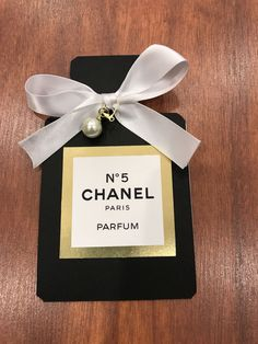 Invitación de Chanel  Incluye todos los elementos en la imagen  Viene montado  Sobres incluidos  Por favor, añadir información de la invitación en la sección de Notas al vendedor en la comprobación  Tiempo de producción es de 1-2 semanas  Los colores son personalizables  Precio es por invitación