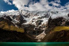 Gebirgssee unter den schneebedeckten Anden