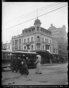 Orient Hotel at 260 Bourke St,Melbourne in Victoria,on the north-east corner of Bourke and Swanston Streets (year unknown). Melbourne Suburbs, Melbourne Girl, Melbourne Victoria, Victoria Australia, Melbourne Australia, Australian Architecture, Form Architecture, Historical Pictures, Digital Image