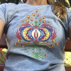 Ľudový viacfarebný kvet pre dámy. Unikátny, plnofarebný folklórny motív s detailným spracovaním. Ľudový kvet na sivom tričku vyzerá perfektne. Textiles, Graphic Sweatshirt, Sweatshirts, Sweaters, Fashion, Moda, Fashion Styles, Trainers, Sweater