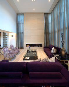 Na sala da lareira, destaque para o pé direito de seis metros.  Projeto: Arquiteto Marcelo Melhado.