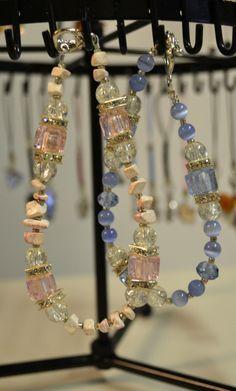 Rannekoruja keväisen pastellisissa sävyissä. Koruissa käytetty lasihelmiä ja kristalleja