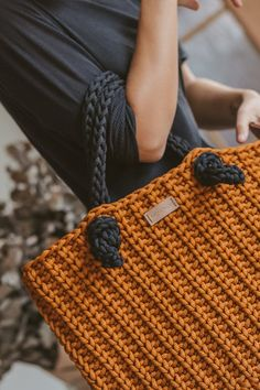 Crochet handbag tote bag pattern Totes Runde Crochet handbag pattern Source by de croche fio de malha como fazer Mode Crochet, Crochet Tote, Crochet Handbags, Crochet Purses, Crochet Granny, Tote Bags Handmade, Handmade Handbags, Handbag Patterns, Crochet Hook Sizes