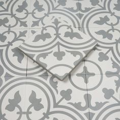 Marockanskt Kakel Safi Grey är en grå och vit, vacker cementplatta från vårt egentillverkade marockanska sortiment. Används till golv och vägg, inne och ute