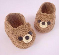 How to Make Crochet Baby Clothes: Step by Step Photo .- Como Fazer Roupas de Bebê de Crochê: Passo a Passos Fotos Booties Crochet, Crochet Baby Shoes, Crochet Baby Clothes, Crochet For Boys, Crochet Slippers, Baby Booties, Baby Sandals, Crochet Stitches, Knit Crochet