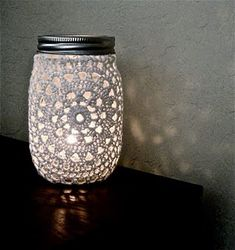 Upcycle This: Organize & Decorate with Mason Jars Old jars with lace doilies on the outside and a candle on the inside. Look beautiful at night. Acho que a mamis consegue fazer a capinha. Mason Jars, Bottles And Jars, Mason Jar Crafts, Candle Jars, Mason Jar Cozy, Mason Jar Lace, Crochet Home Decor, Crochet Crafts, Crochet Projects
