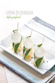 La salinità del formaggio, l'aroma della salvia e la dolcezza del miele si sposano bene con le uova di quaglia sode, in un connubio insolito e ricercato.