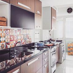 Cozinha….lindos ladrilhos na parede da bancada!  #dicameiramartins #decor #interiores #projetos #kitchen #marcenaria #ladrilhos #designdeinteriores #instadecor #inspiração #referência #detalhes #ambientes