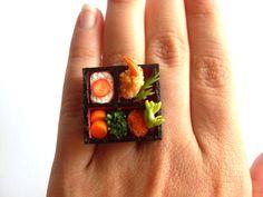 Der Sushi Bento Box Ring für alle Sushi Liebhaber!    Der Ring ist verstellbar und mit viel Liebe von Hand gefertigt.    Die Bento-Boxen variieren....
