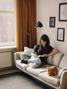 Foto door Hanke Arkenbout. Lot Bouwes is een Rotterdamse dichter. Zij schrijft gedichten op maat, heeft boeken uitgegeven en werkt vanuit haar intuïtie. Ze is kunstzinnig therapeut en yoga docent. Deze kwaliteiten zet ze in voor haar bedrijf. Couch, Furniture, Home Decor, Poet, Settee, Decoration Home, Sofa, Room Decor, Home Furnishings