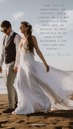 """""""Todo fue tan espontáneo, tan natural, que a ninguno de los dos nos pareció nada raro que, de pronto, mi mano estuviera en su mano y nos miráramos a los ojos como dos tontos."""" Lace Wedding, Wedding Dresses, Inspirational Quotes, Natural, Fashion, Wedding Dress Lace, Eyes, Fotografia, Bride Dresses"""