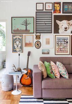 09-decoracao-sala-estar-parede-quadros-coloridos-mesinhas