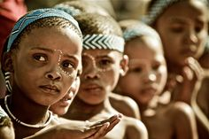 The San & also known as Khwe, Sho, and Basarwa are the oldest inhabitants of southern Africa, (and are part of the Khoisan group. African Tribes, African Women, Children In Africa, Vintage Black Glamour, Hunter Gatherer, African Culture, African American History, Rock Art, Black History