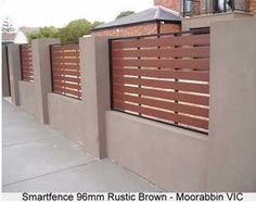 Fence with futurewood contemporary fence on rendered wall Garden Retaining Wall, Patio Fence, Brick Fence, Patio Wall, Diy Fence, House Fence Design, Fence Gate Design, Modern Fence Design, Contemporary Fencing