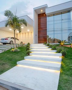 1001 + landscaping ideas for your 2019 spring makeover marble stairs with lights, small bushes along the pathway, desert landscape ideas, palm tree Front Yard Decor, Front Yard Landscaping, Landscaping Ideas, Modern Front Yard, Outdoor Garden Lighting, Landscape Lighting, Modern Architecture House, Modern House Design, Contemporary Design