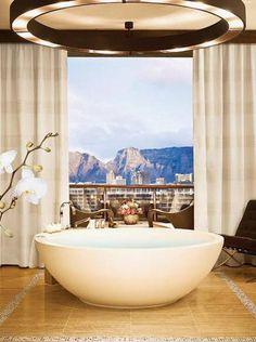 One&Only Cape Town, África do Sul - Na suíte Table Mountain, o banheiro tem uma vista espetacular das montanhas Table