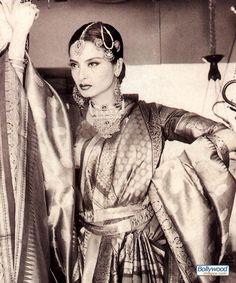 Rekha the Indian Diva . Description by Pinner Mahua Roy Chowdhury Vintage Bollywood, Indian Bollywood, Bollywood Stars, Bollywood Fashion, Bollywood Actress, Pakistani, Indian Goddess, Saree Styles, Rare Photos