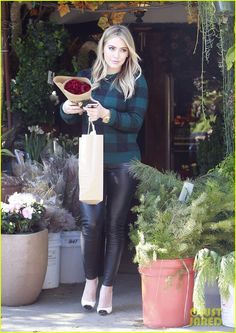 Hilary Duff: Thanksgiving Day Flowers at Empty Vase!   hilary duff thanksgiving flowers empty vase 05 - Photo