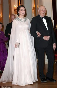 King Harald made sure to keep Kate entertained during the short walk to dinner... #katemiddleton #royals